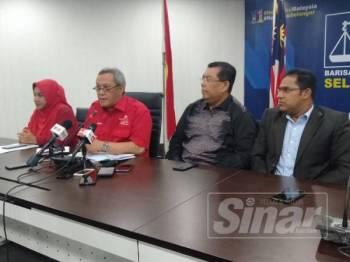 Mat Nadzari (dua dari kiri) menjawab soalan pemberita sewaktu sidang media yang berlangsung di Bangunan UMNO Selangor hari ini.