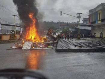 Perusuh bertindak ganas ketika protes di Manokwari semalam. - Foto Reuters