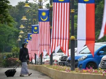 Jajaran Jalur Gemilang dipasang di sekitar perkarangan Kompleks Mahkamah Melaka bagi menyemarakkan lagi suasana sempena Bulan Kibar Jalur Gemilang bagi menyambut Hari Kebangsaan Ke-62 pada 31 Ogos ini. - Foto Bernama