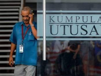 Seorang kakitangan Utusan Melayu (M) Berhad (Utusan) keluar dari bangunan itu ketika tinjauan hari ini. - Foto Bernama