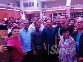 Anwar menghadiri program Bual Bicara Bersama Orang Ramai sempena siri jelajah ke Wilayah Persekutuan di Kompleks Darul Puteri, Kuala Lumpur hari ini.