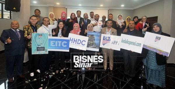 Usahawan MCED bergambar bersama dan Timbalan Ketua Setiausaha Kementerian Pembangunan Usahawan, Muhammad Razman dan Presiden Dewan Pembangunan Perniagaan Usahawan Malaysia, Datuk Nazilah Idris.