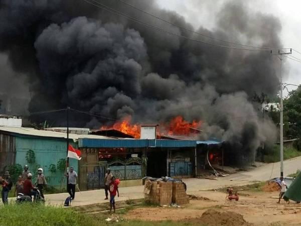 Perusuh bertindak membakar beberapa struktur di bandar Sorong.
