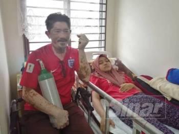 Fahaizal menunjukkan peralatan perubatan yang disumbangkan oleh orang ramai tanda prihatin dengan keadaan menimpa anaknya.