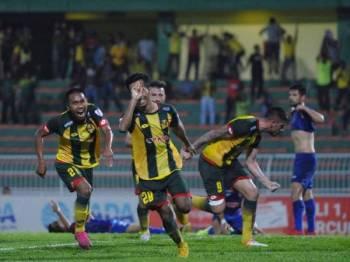Mohd Alif Mohd Yusof (tengah) menjaringkan gol kemenangan Kedah pada minit ke-90. - Foto ihsan MOHAMAD ASYRAAF