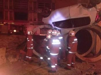 Keadaan kereta dinaiki mangsa yang terbabas dan terbalik di Lebuhraya Silk pagi tadi.