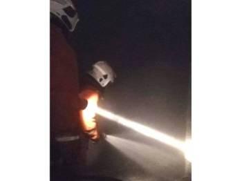 Anggota bomba membuat pemeriksaan dan memadam sepenuhnya kesan kebakaran terbabit.