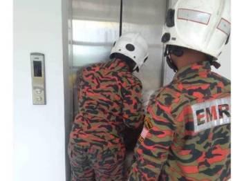 Anggota bomba menggunakan peralatan khas mengeluarkan mangsa yang terperangkap.