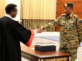 Jeneral Abdel Fattah al-Burhan mengangkat sumpah di Khartoum hari ini. -Foto AFP