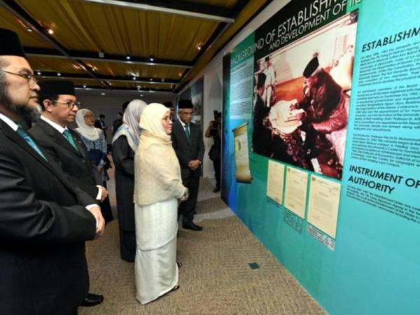 Tunku Azizah berkenan melawat pameran semasa mengadakan lawatan kerja ke UIAM hari ini. Foto: BERNAMA