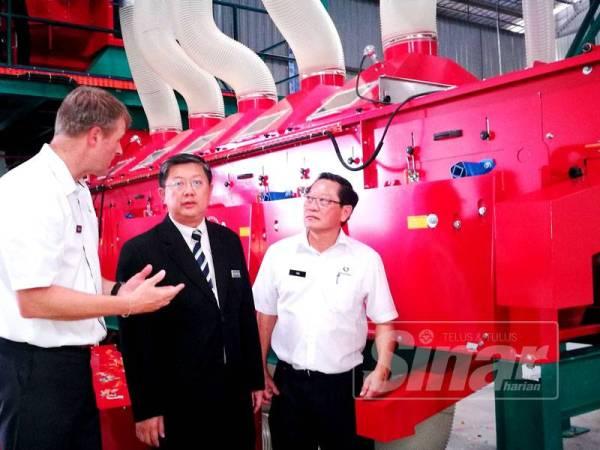 Kok Yew (tengah) mendengar taklimat daripada Erik (kiri) berkaitan teknologi digunakan untuk meningkatkan hasil padi ketika melawat kilang Incotec, hari ini.