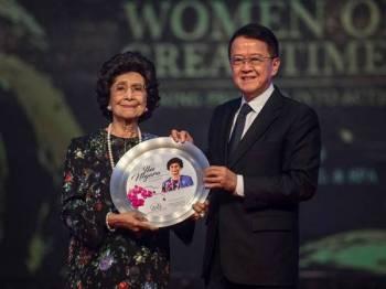 Isteri Perdana Menteri Tun Dr Siti Hasmah Mohd Ali menerima anugerah 'Ibu Negara' daripada Pengerusi ASLI dan Pengasas Pemegang Amanah Yayasan Jeffrey Cheah (JCF), Tan Sri Dr Jeffrey Cheah di majlis Makan Malam Gala sempena sambutan Hari Wanita Kebangsaan malam ini. - Foto BERNAMA