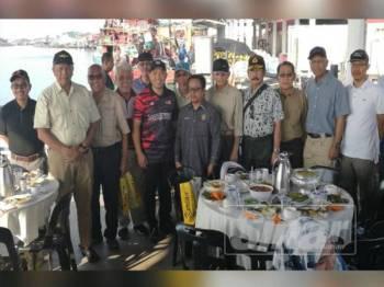 Abdul Yunus (lima dari kiri) bersama wakil pegawai kerajaan yang terbabit dalam konvoi mengibarkan Jalur Gemilang dalam program menyusuri Sungai Kurau di Jeti Marin, Kuala Kurau hari ini.