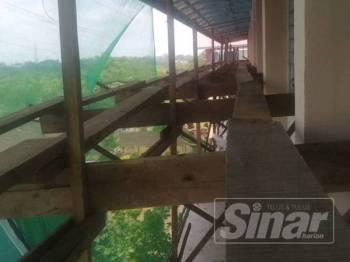 Pelantar kayu dan papan dipercayai lokasi mangsa terjatuh.