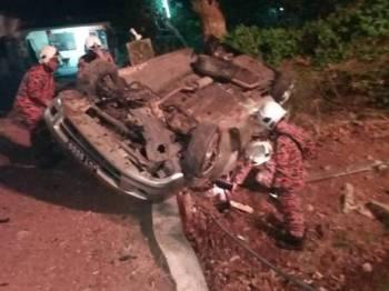 Kereta mangsa terbalik dalam kemalangan di Kampung Jelutong di sini awal pagi tadi.
