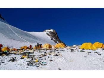 Timbunan sampah yang ditinggalkan pendaki tidak bertanggungjawab di Everest.