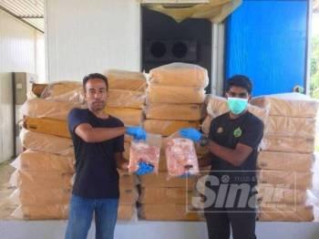 Sebanyak 3,600 kg ayam sejuk beku berjumlah RM30,000 yang cuba diseludup masuk secara haram ke negara ini dirampas Pasukan Gerakan Am (PGA) Batalion 9 Kuala Terengganu menerusi Op Wawasan.