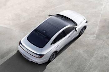 HYUNDAI Sonata Hybrid menggunakan bumbung dengan sistem pengecasan solar.