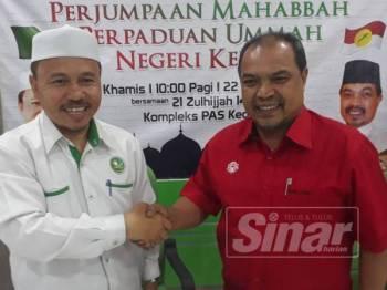 Jamil Khir (kanan) bersalaman dengan Ahmad selepas sidang media di Kompleks Pas Kedah hari ini.