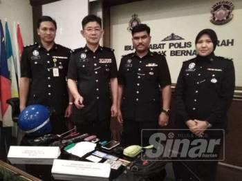 Chee Khoon (dua dari kiri) bersama pegawainya menunjukkan barangan dirampas pada sidang media di IPD Sabak Bernam.