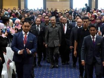 Tun Dr Mahathir (tengah) diiringi oleh Dr Ismail hadir pada Majlis Perjumpaan Pegawai-Pegawai Kerajaan Bersama Perdana Menteri Sesi 2 di Dewan Seri Siantan, Kompleks Perbadanan Putrajaya, hari ini. - Foto: BERNAMA