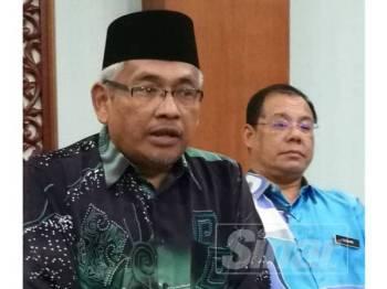 Abdul Aziz dan Suhaimi (kanan) pada sidang akhbar selepas mengadakan mesyuarat bersama Jabatan Pendidikan Negeri di Bilik Gerakan Negeri, Pejabat Setiausaha Kerajaan Perak, hari ini.