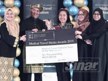 Pasukan Sinar Harian memenangi anugerah Medical Travel Editorial Team of the Year pada majlis Medical Travel Media Awards 2019 di Petaling Jaya, malam tadi. - Foto: ZAHID IZZANI