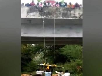 Sekumpulan lelaki Dalit menurunkan mayat si mati dari sebuah jambatan selepas mereka dinafikan akses ke sebuah tapak pembakaran mayat.