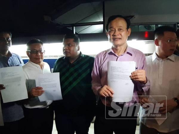 Koo Ham (dua dari kanan) ditemui media selepas membuat laporan polis malam tadi.
