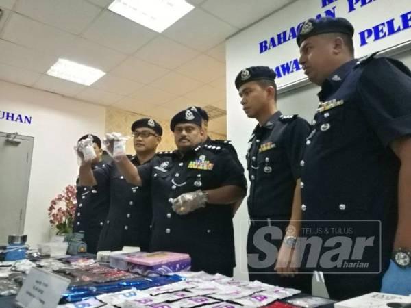 Shanmugamoorthy (tengah) menunjukkan paket dadah yang dirampas susulan tertangkapnya tiga individu di Kepong, Selasa lalu.