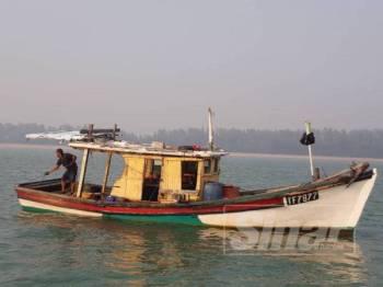 Nelayan tempatan bersama bot digunakan ditahan selepas dikesan menangkap ikan dalam kawasan tidak dibenarkan.