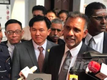 Ram Karpal Singh (kanan) antara peguam yang mewakili Paul Yong di Mahkamah Sesyen hari ini.