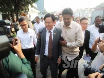 Paul Yong ditemani rakan-rakan pimpinan DAP negeri ketika hadir ke Mahkamah Seysen Ipoh pagi tadi.