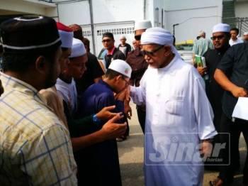 Orang ramai bersalam dengan Abdul Hadi selepas selesai mengikuti kuliah Dhuha disampaikan Presiden Pas itu di Masjid Rusila pagi ini.