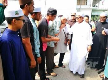 Orang ramai bersalam dengan Abdul Hadi selepas beliau selesai menyampaikan kuliah Dhuha di Masjid Rusila pagi tadi.