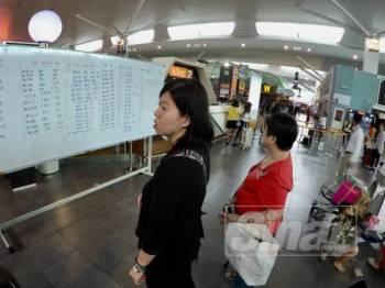 Keadaan semasa di Lapangan Terbang Antarabangsa Kuala Lumpur (KLIA2) sedikit sesak susulan gangguan sistem yang dialami.- FOTO ZAHID IZZANI