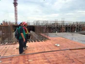 Pegawai JKKP Johor ketika memeriksa salah satu daripada 52 tapak pembinaan di Johor.