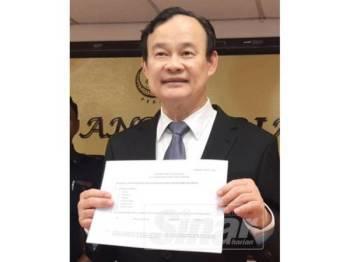 Koo Ham menunjukkan borang pengisytiharan harta berkenaan.