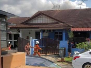Mangsa ditemui terduduk di ruang tamu sebelum dikejarkan ke hospital. FOTO: Bomba Johor