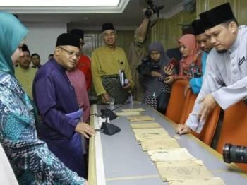 Syed Ahmad dan kakitangan JAIP melihat rekod rekod yang disimpan sejak 1940 (Temerloh) hingga rekod 2004.