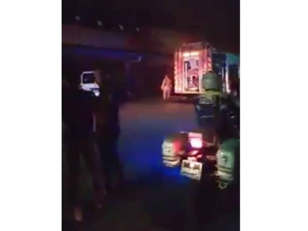 Pihak bomba yang tiba bersama jentera bagi memadam kebakaran sejurus menerima panggilan kecemasan.