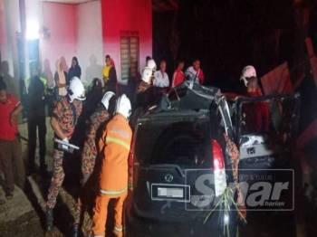 Anggota bomba dan penyelamat berusaha mengeluarkan mangsa yang tersepit di Chalok semalam.