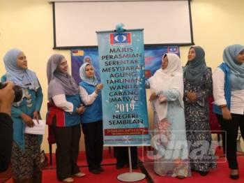 Haniza (tiga dari kanan) merasmikan Mesyuarat Agung Tahunan Wanita  Cabang Negeri Sembilan.