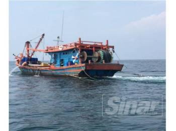 Bot nelayan tempatan Kelas C yang ditahan kerana melanggar syarat sah lesen pagi tadi.