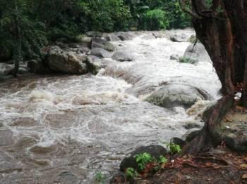 Keadaan arus deras menyebabkan mangsa tidak dapat menyeberangi sungai.