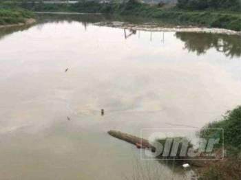 Sebuah kilang pembuatan kertas disyaki punca pencemaran Sungai Sasaran, Sungai Buloh di sini minggu lepas. (Gambar fail)