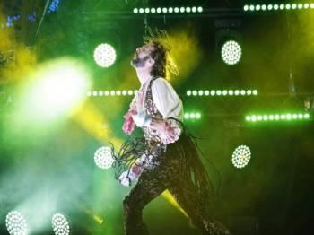 Aksi Rob Messel pada Kejohanan Gitar Angin Dunia di Finland.