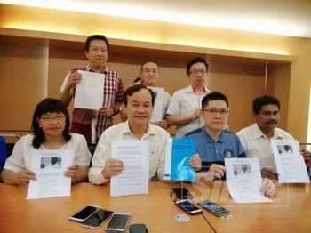 Koo Ham (duduk dua dari kiri) bersama pimpinan DAP Perak pada sidang media hari ini.