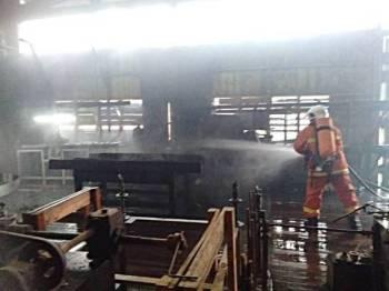 Anggota bomba berusaha memadamkan kebakaran di kilang papan terbabit di Batu 4 dekat Kampung Temin, Jerantut hari ini. - Foto: Ihsan Bomba