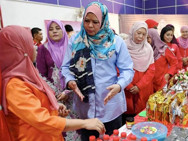 Menteri Pembangunan Luar Bandar Datuk Seri Rina Mohd Harun (tiga, kiri) yang juga Ketua Srikandi Parti Pribumi Bersatu Malaysia (Bersatu) beramah mesra dengan usahawan Srikandi pada majlis ramah mesra hari ini. - Foto BERNAMA
